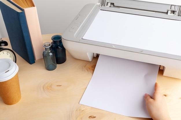 Chiuda in su della donna che usando una macchina stampante