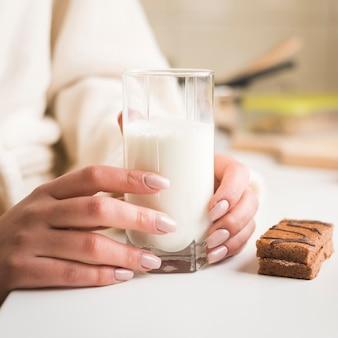 Chiuda in su della donna con latte