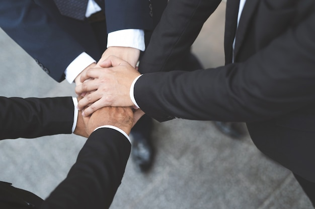Chiuda in su della gente del gruppo di uomini d'affari che unisce unendo le mani