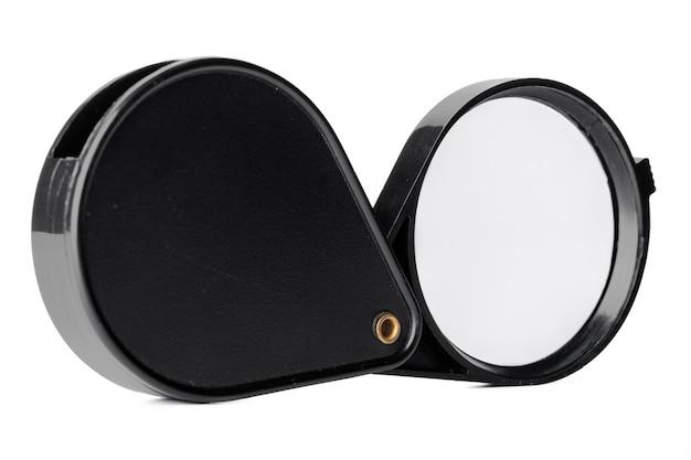 Chiuda in su della lente d'ingrandimento isolata su bianco