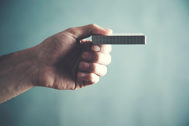 Chiuda in su della mano dell'uomo che mostra le carte