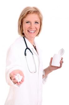 Chiuda in su della mano di un medico con le pillole