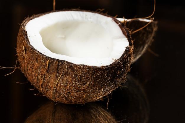 Chiuda in su della noce di cocco fresca