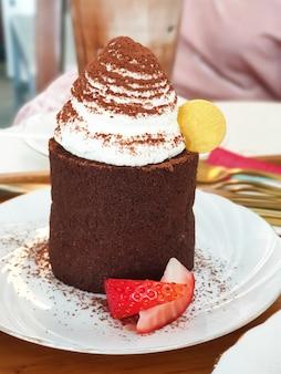 Chiuda in su della parte della torta di cioccolato.