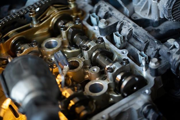 Chiuda in su della parte interna del motore di automobile in riparazione