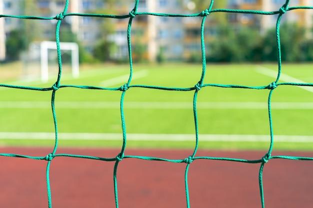 Chiuda in su della rete della porta di calcio di calcio allo stadio della scuola