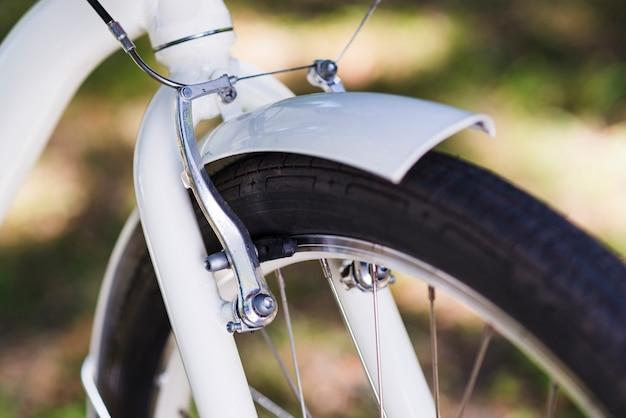 Chiuda in su della ruota anteriore di una bici