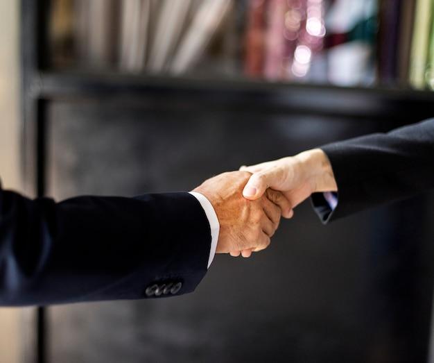 Chiuda in su della stretta di mano della gente di affari