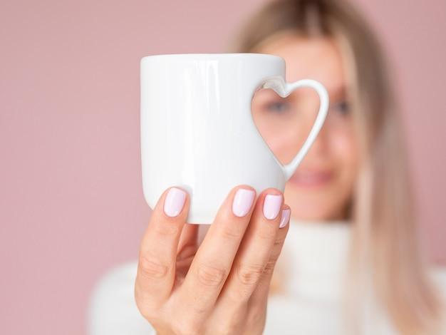 Chiuda in su della tazza adorabile del cuore