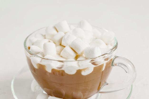 Chiuda in su della tazza della bevanda calda deliziosa del cacao con le caramelle gommosa e molle.