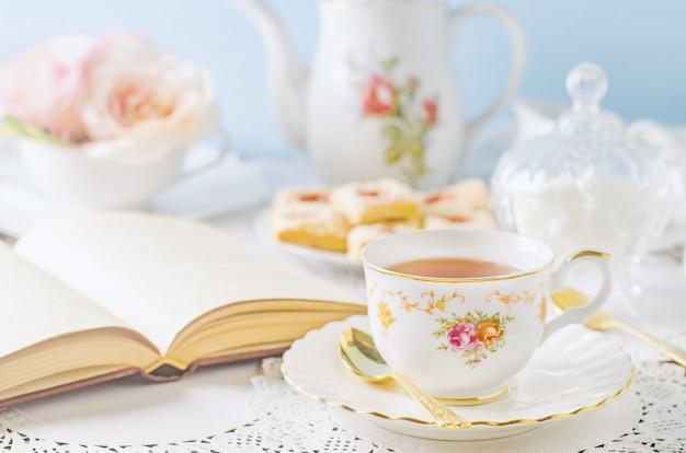 Chiuda in su della tazza di tè sulla tabella con il tono dell'annata