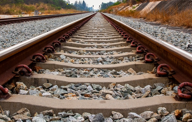 Chiuda in su della traversina del ferro e della traversina concreta della ferrovia o della ferrovia.