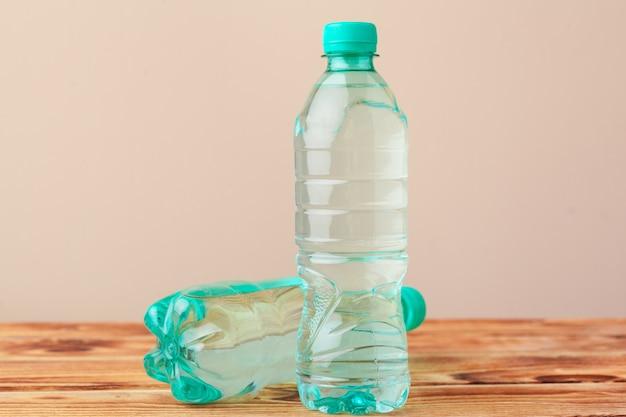 Chiuda in su delle bottiglie di plastica su priorità bassa chiara