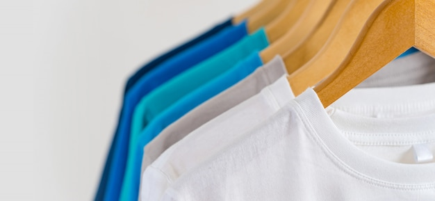 Chiuda in su delle magliette variopinte sui ganci