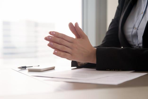 Chiuda in su delle mani femminili unite, concentrazione o nervi