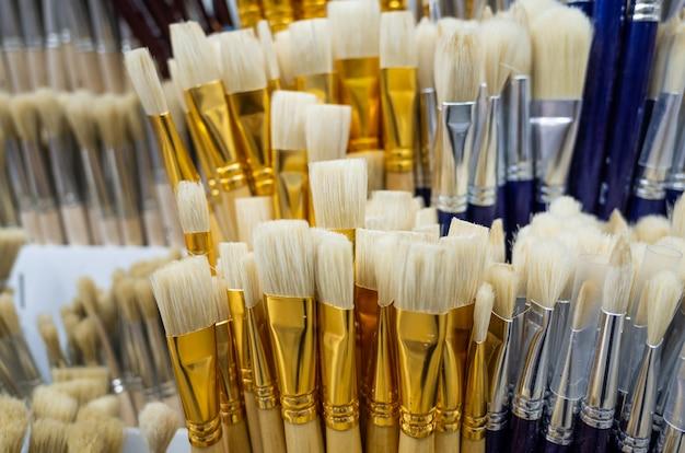 Chiuda in su delle spazzole di arte in un negozio