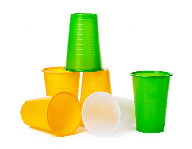 Chiuda in su delle tazze di plastica per le bevande isolate su bianco