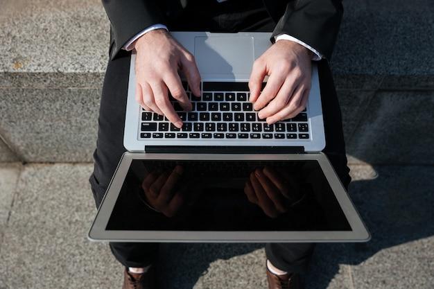 Chiuda in su dello schermo in bianco del computer portatile