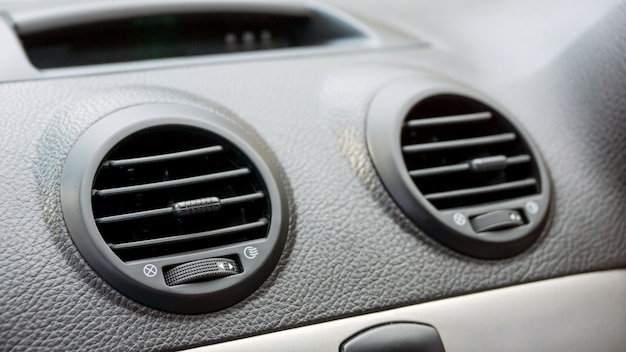 Chiuda in su di aria condizionata dell'automobile.