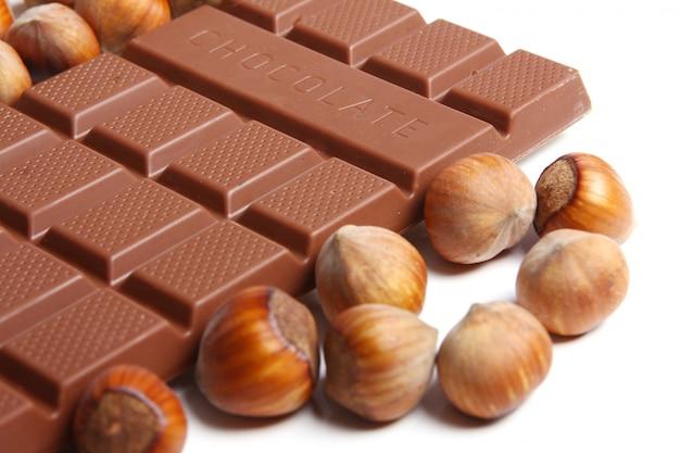 Chiuda in su di cioccolato saporito con le nocciole