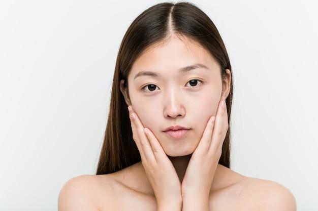 Chiuda in su di giovane bella e donna asiatica naturale