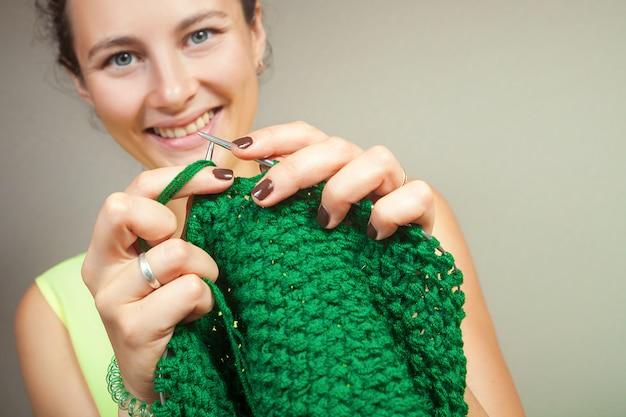 Chiuda in su di lavoro a maglia della donna