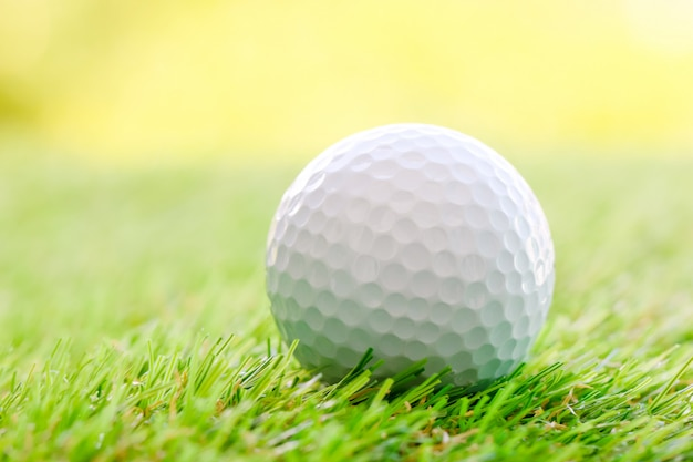 Chiuda in su di sfera di golf su erba verde