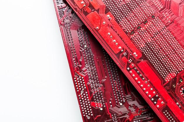 Chiuda in su di un circuito stampato rosso del calcolatore