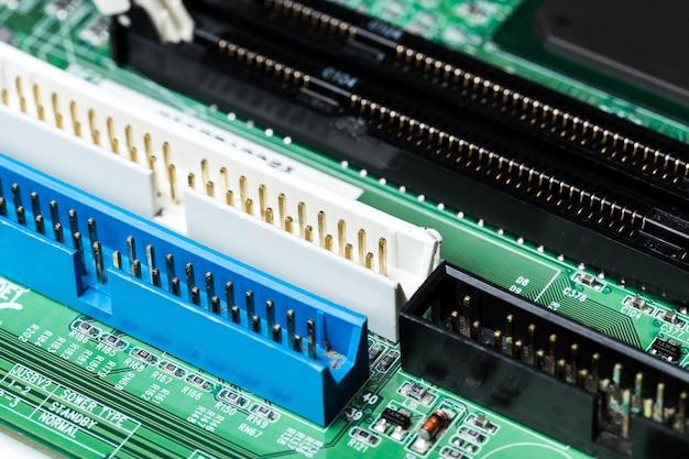 Chiuda in su di un circuito stampato verde del calcolatore