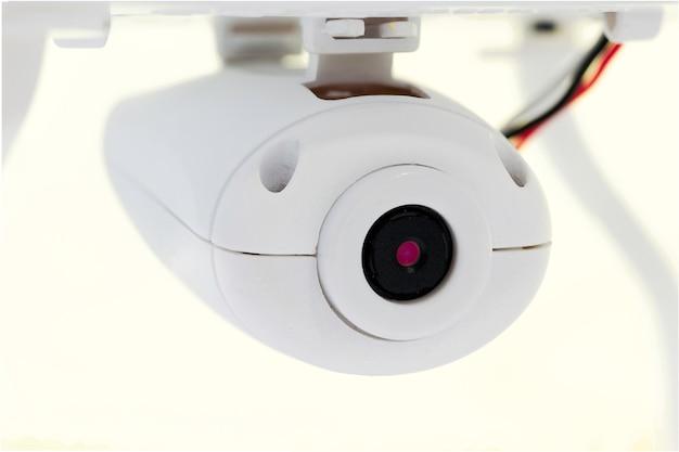 Chiuda in su di un isolato del fuco della macchina fotografica su priorità bassa bianca