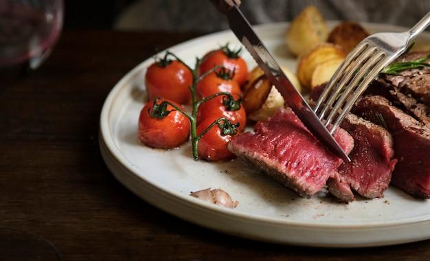 Chiuda in su di un taglio una bistecca di raccordo