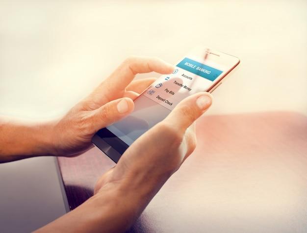 Chiuda in su di un uomo di affari che usando lo smart phone mobile