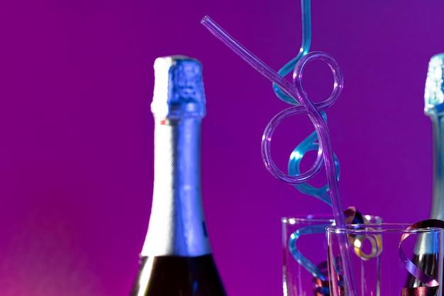 Chiuda in su di una bottiglia e di un vetro del champagne del partito