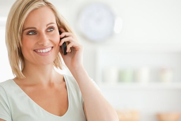 Chiuda in su di una giovane donna sul cellulare