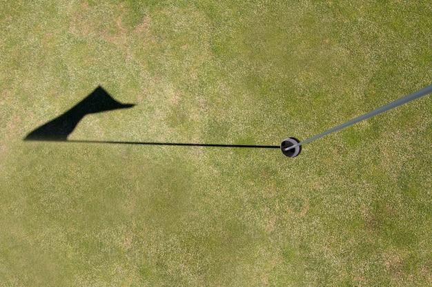 Chiuda in su di una vista del foro di golf della bandierina su un terreno da golf.