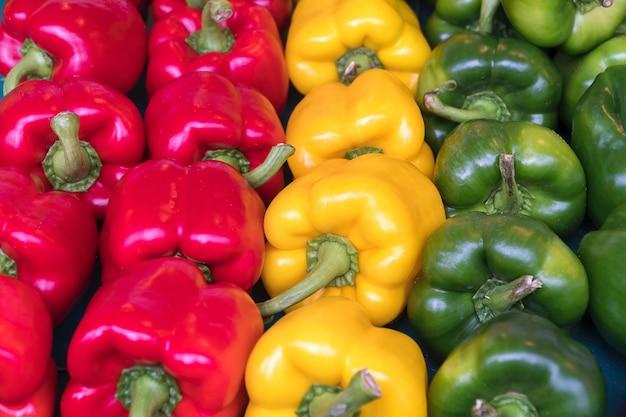 Chiuda in su gruppo di peperoncino dolce organico giallo, verde e rosso fresco di palermo.