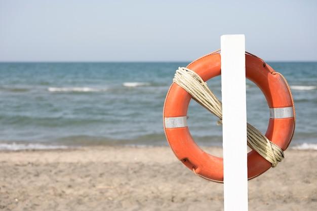 Chiuda in su lifebuoy sulla spiaggia