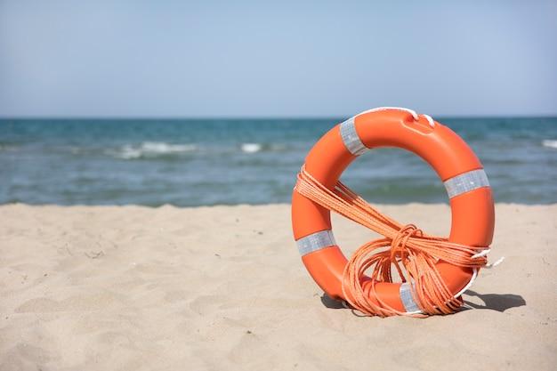 Chiuda in su lifering sulla spiaggia