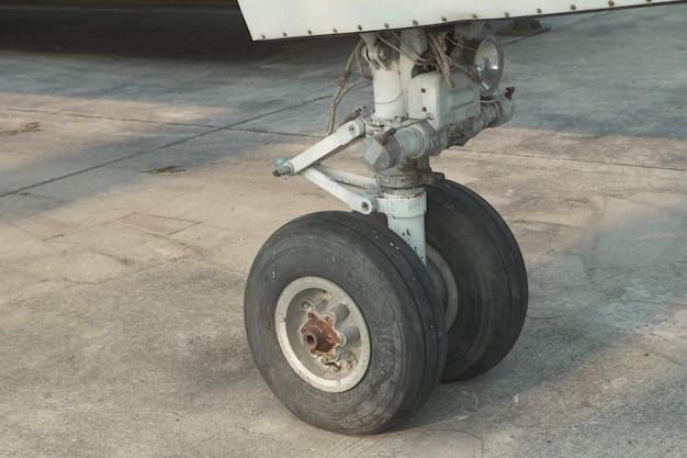 Chiuda in su su una ruota anteriore dell'aeroplano