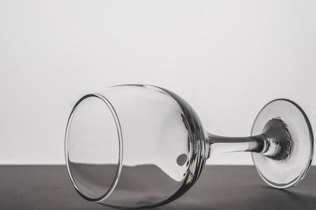 Chiuda in su sul vetro di vino vuoto isolato