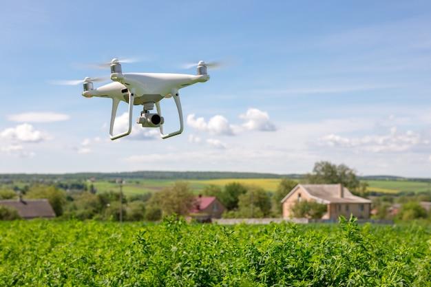 Chiuda in su sulla macchina fotografica bianca del fuco. drone quadcopter in volo