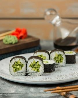 Chiuda su del piatto dei rotoli di sushi del cetriolo del rotolo di kappamaki