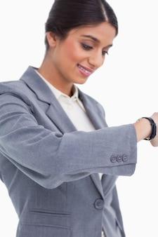 Chiuda su dell'imprenditore femminile che esamina l'orologio