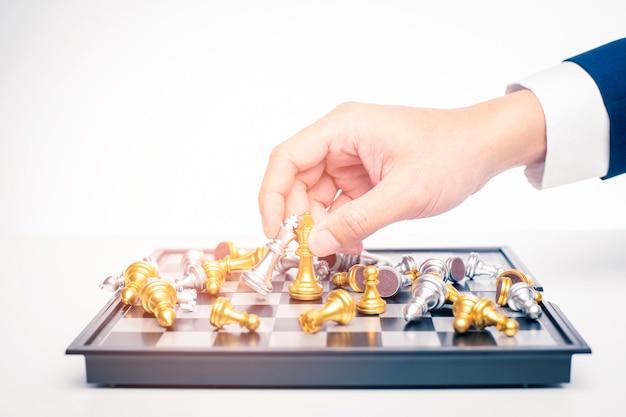 Chiuda su dell'uomo di affari sta giocando gli scacchi, concetto di strategia della gestione aziendale