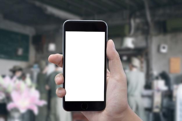 Chiuda su delle mani dell'uomo con il messaggio mandante un sms dello smartphone