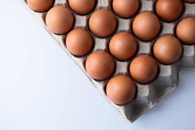 Chiuda su delle uova crude del pollo in scatola delle uova, alimento biologico da naturale