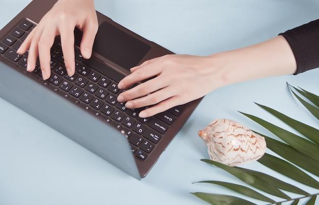 Chiuda su di una donna di affari che lavora al computer portatile al ministero degli interni