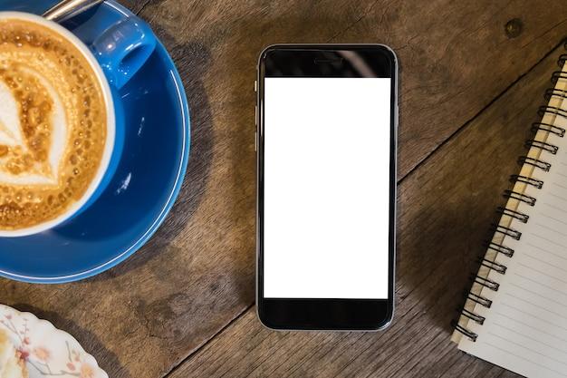 Chiuda su di uno smartphone della tenuta dell'uomo con il cellulare dello schermo in bianco