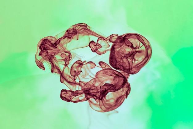 Chiuda su fumo nero su fondo verde