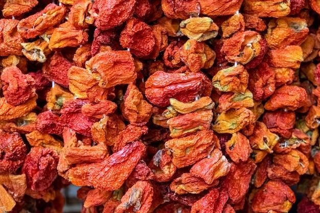 Chiuda su per appendere i peperoni secchi usati per produrre il pasto farcito del pepe